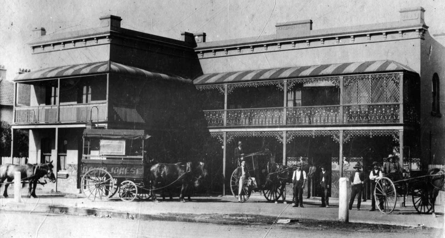 Monochrome photo of Greengate Hotel Killara with horses and carts